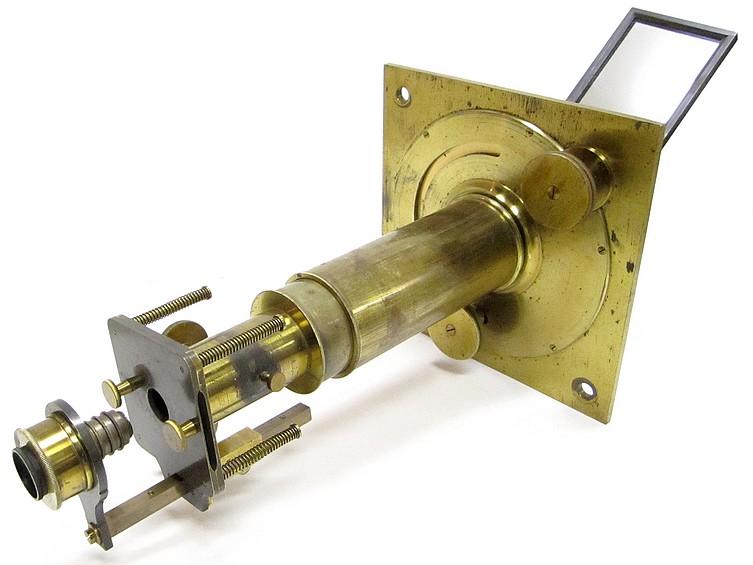Perfectionné par Charles Chevalier Ingénieur Opticien Breveté, Palais Royal 163 à Paris. Solar microscope, c. 1840 (microscope solaire)