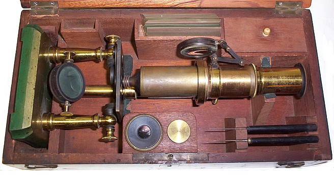 Double pillar French microscope